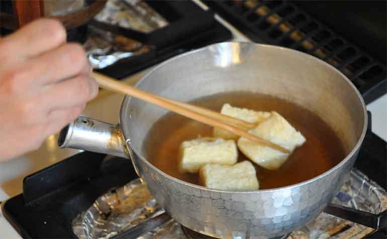 だし汁と落とし蓋(揚げゆばの炊き合わせレシピ)