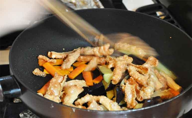 ニンジン、茄子を炒める(とゆゆばの中華風炒め物レシピ)