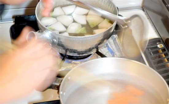 蕪とニンジンの下茹で(つまみゆばの白味噌ポトフのレシピ)
